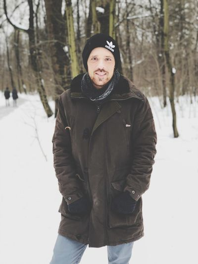 Mann im Winter EyeEm Selects Winter Cold Temperature Snow Clothing One Person Warm Clothing Looking At Camera Portrait Standing Real People Smiling Outdoors Nature Front View Winter Coat