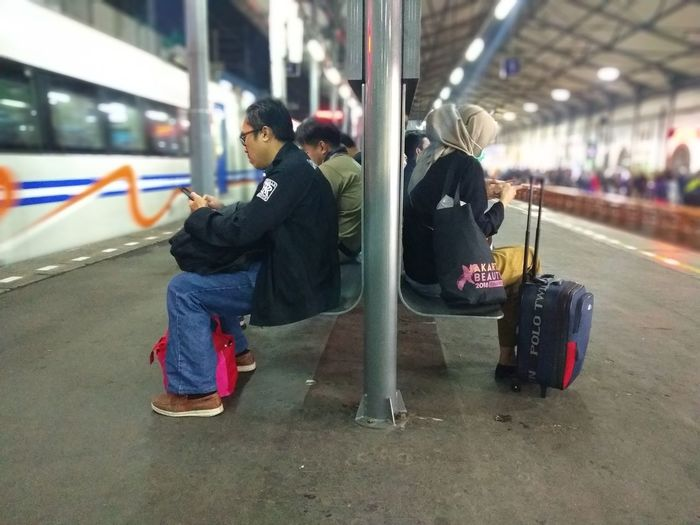 Indonesian Street (Mobile) Photographie Indonesia Photography  Travel Photography City Subway Train Full Length Men Luggage Women Sitting Warm Clothing Railroad Station Platform Station Commuter Train