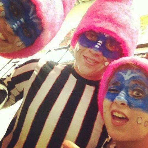 Con Umpalumpas Selfie en TeatroDeCancun Boring CharlieAndTheFactoryChocolate CharlieYLaFabricaDeChocolate Pink Blue Stripes WhiteAndBlack CrazyMoment WithFriends Umpalumpas ...or OopaLoompa ?? :) wherever Saludos! Salute!