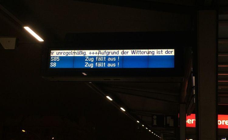 Winter in Berlin der übliche Wahnsinn wenn man Bahn fahren will. Danke Sbahn Auf Die Sbahn Warten