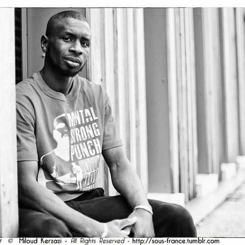 Portrait du frère @bodibo Modiba Diarra pour la marque Knock Down © Mental Strong punch Noble wear tshirt teeshirt urbanwear Kick champion