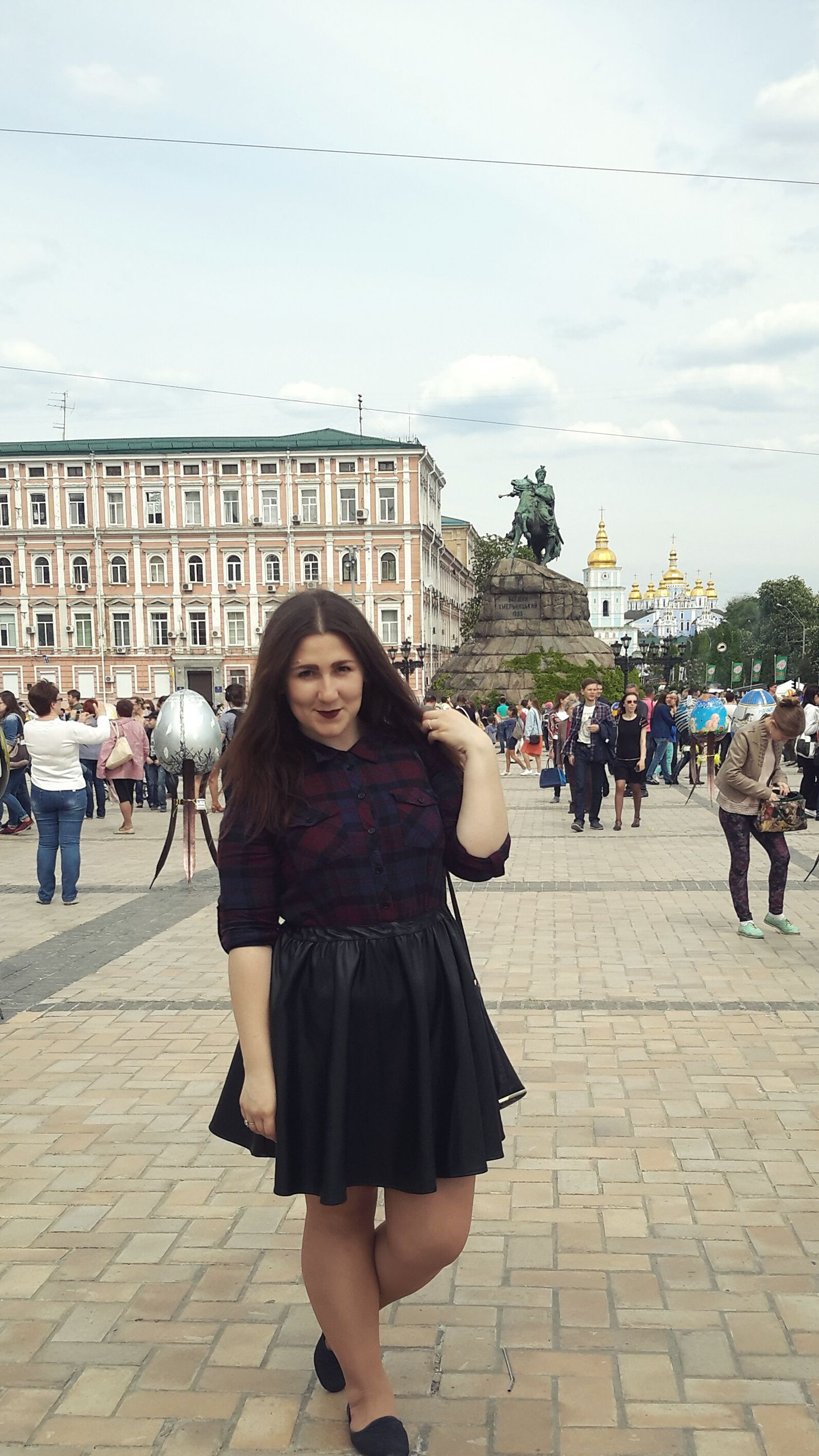 standing, architecture, person, leisure activity, lifestyles, built structure, building exterior, portrait, casual clothing, young women, smiling, full length, city, front view, looking at camera, long hair, sky, in front of, young adult, day, medium-length hair, footpath, vacations, tourism, weekend activities