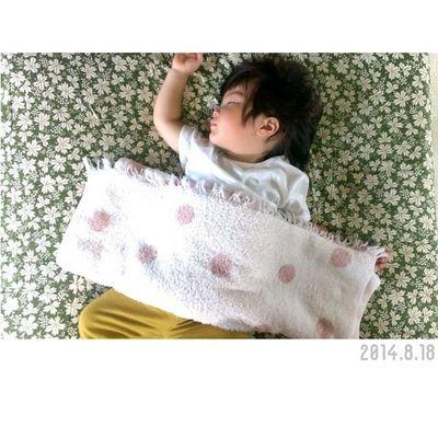 最近の寝相。✲ 右手を挙手……笑 * うつ伏せでじゃないと眠れない人は、何か不安を抱えていたり、強いストレスを抱えていたりする人に多い……など、人の寝相には色々意味がありますが、、この挙手はなんの意味があるのだろう。 * * 調べたところ、頭や目が疲れている……らしいです。 え、この歳で?まさかー。笑 1歳10ヶ月 男の子 息子 Ig_kids ig_oyabakabu子供ig_children親バカ親ばか部ig_beautiful_kids寝相22カ月