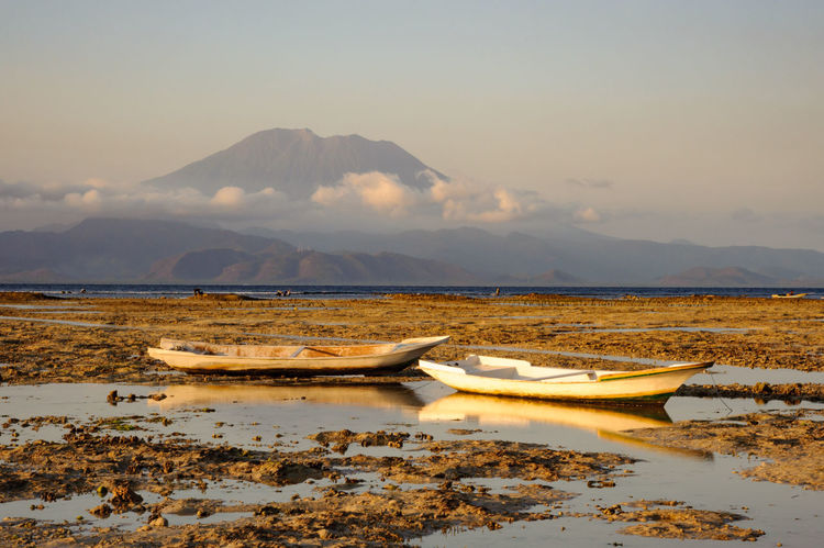 Seaweed farms at low tide on Nusa Lembongan with Gunung Agung in the background Bali Farm INDONESIA Mount Agung Seaweed Agung Boat Farming Gunung Agung Low Tide Mountain Nature No People Nusa Lembongan Outdoors Scenics Sea Sky Volcano Water