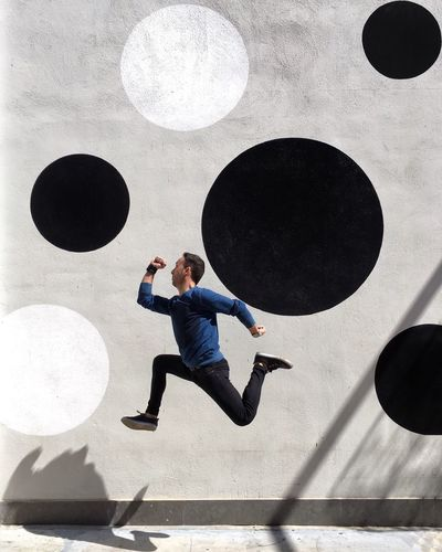 Volar, volar Subir bajar contigo Sin alas volar 🎶 (Macaco) . ◻️⚪️◻️◻️⚫️ ◻️◻️◻️◻️◻️ ⚫️◻️◻️⚫️◻️ ◻️◻️🏃🏻◻️⚫️ ⚪️◻️◻️◻️◻️ Wallsandpeople Toni_laoshi Myemojisreality Eyeemspain Instagramer Eyeemjump Strongramer Jumpgramers Jumping Jump València