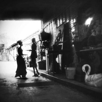 """""""Dos amantes dichosos hacen un solo pan, una sola gota de luna en la hierba, dejan andando dos sombras que se reùnen, dejan un solo sol vacìo en la cama"""". (P. Neruda) Berlin Berlin Streetart Poetry Romantic Black&white"""