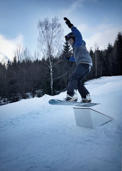 Jump on a snowboard Wintersport Jung Adault Snowboarding Snow ❄ Snow Winter Cold Temperature Leisure Activity One Person Full Length Day Real People Jumping Skill  Sport Sky Nature Enjoyment Outdoors Balance Mid-air Motion Tree