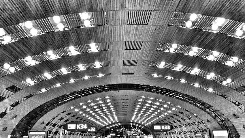 looking up Bnw_photography The Graphic City Modern Architecture Looking Up Airportphotography Airport Terminal Airport Terminal Airport Architecture Indoors  Architecture Ceiling Built Structure Arch Low Angle View Pattern No People