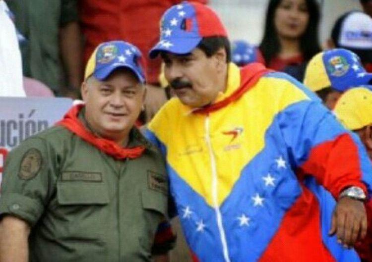"""Taking Photos LosVenezolanosPuedenVivirMejor ¡UN FINAL CAÓTICO Y VIOLENTO! Alarmante informe pronostica trágico desenlace de crisis venezolana Jul 13, 2015 @ 4:00 pm El régimen de Nicolás Maduro conduce a Venezuela hacia la implosión, y la sospecha de que integrantes clave de las Fuerzas Armadas están involucrados en el narcotráfico espantan las esperanzas de que eventualmente intervengan para poner orden, dijo un alarmante informe que advierte que el país está por ingresar a una etapa de caos, hambruna y gran agitación. ANTONIO MARIA DELGADO / adelgado@elnuevoherald.com /El Nuevo Herald El estudio —elaborado por Evan Ellis del Instituto de Estudios Estratégicos (SSI) del Ejército de Estados Unidos— señala que la debilidad de una oposición desunida sumada a las intenciones de un régimen """"altamente corrupto"""" de permanecer en el poder a toda costa alejan las posibilidades de que se produzca una transición organizada en el país, elevando así el riesgo de un desenlace violento a una crisis que parece estar siendo ignorada por los países del hemisferio. """"Un final caótico y violento a la situación en Venezuela se torna más probable con el transcurso de cada día, lo que tendrá serias repercusiones en los vecinos de Venezuela en la región"""", advierte Ellis en su informe titulado La Venidera Implosión de Venezuela y las Implicaciones Estratégicas para los Estados Unidos, publicado el 10 de julio. """"El actual régimen en Venezuela está encadenado a una espiral de muerte económica y política dentro de la cual múltiples dinámicas que se respaldan mutuamente dificultan que se pueda escapar a la calamidad"""", sostuvo el documento. Según el estudio, el país enfrenta actualmente un estancamiento político –en el forcejeo entre una sociedad que anhela un cambio y una cúpula política atrincherada en el poder– que hace improbable que Venezuela pueda resolver la crisis por su cuenta en medio de una situación económica que se tornará peor. """"La interacción de estos factores [el estancamiento p"""