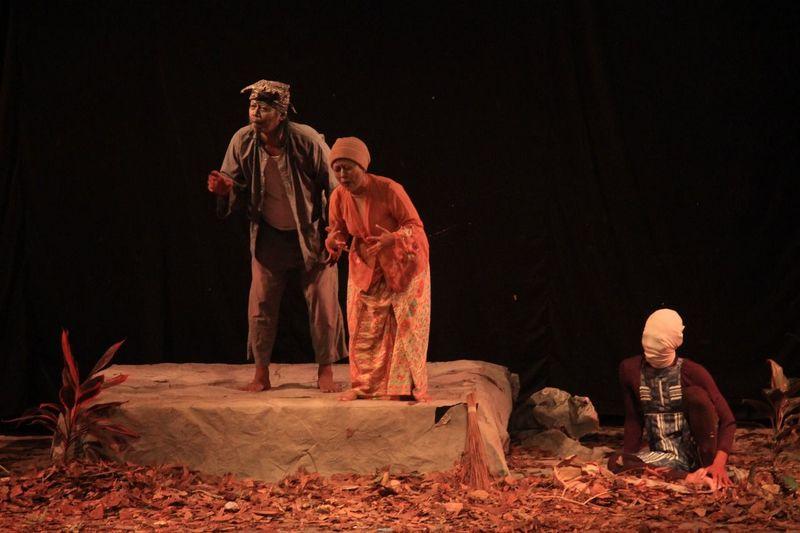 WANCI Fdbs2018 Wanci Pertunjukan Lighting Aktor Dramabasasunda 2018 Teater Teaterdongkrak Politics And Government Period Costume Men Desert Friendship Adventure Travel