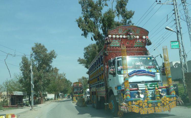 Reich verzierte Busse und Lastwagen in Pakistan Bemalte Autos Bus Islamabad Lastwagen Painted Trucks Pakistan Rawalpindi Rollende Kunstwerke Traffic Trucks