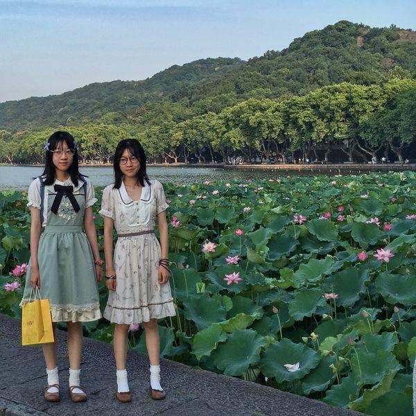 Around the lake of, Hangzhou strange visitors make pictures Looking At Camera