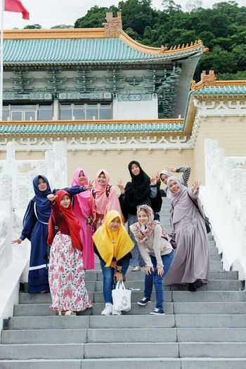 Muslimah Happy Ied Mubarak Proud To Be Muslimah Happiness Togetherness Large Group Of People National Palace Museum Palacemuseum Museum Palace Enjoying Life Outdoors Building Exterior Travel Destinations Built_Structure Architecture Taipei,Taiwan Holiday Happymoments Friendship Architecture Religion Cultures Capture The Moment Let's Go. Together.