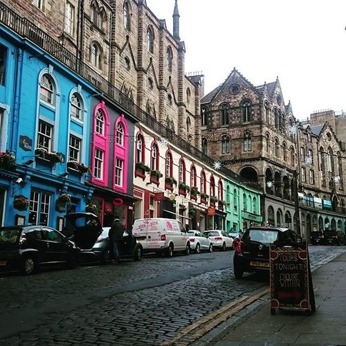 Si las ciudades fueran personas, me casaría con Edimburgo. Edinburgh Scotland Edimburgo Escocia ESNedimburgh2015 THISisESN ESNuk Erasmus Cold Rainy Colours Colourful Architecture City Street Victoriastreet Awesome Beautiful