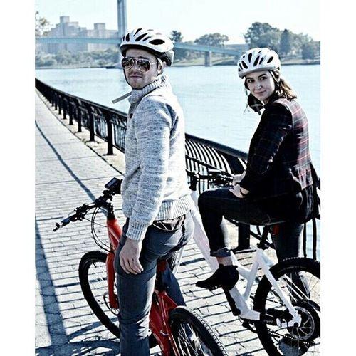 Fall is for biking. 🍁🚲🍂 BikeNYC Fallintobiking Stromer Stromerbike bicycle ebike electricbike eastriver bikingbuddies autumninnewyork bikepath bikehelmet plaid cyclechic girlsonbikes newyorkcity tb tbt / 📷@peteryuskauskas