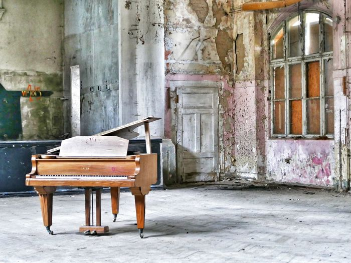 Abandoned piano in building