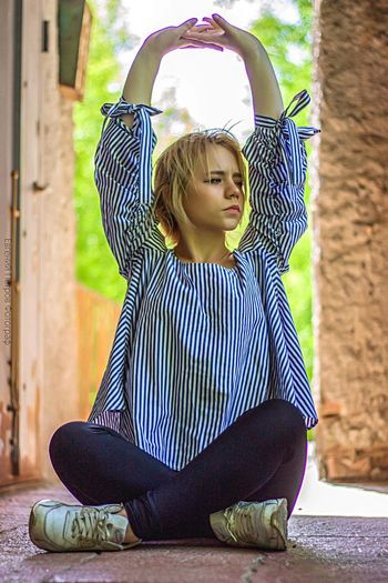 Катя Модель арка фотограф модель лето улица Childhood Child One Person Full Length Offspring Front View A New Perspective On Life Contemplation Looking Lifestyles Leisure Activity Day Sitting Girls Casual Clothing Real People Outdoors Innocence Females Cute Hairstyle