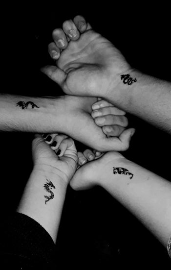 I don't know why but I love this photo Human Hand People Day Friendship Lastholiday Dragon Tattoo Cześć Friends ❤ 2 Girls 2 Boys I Love It