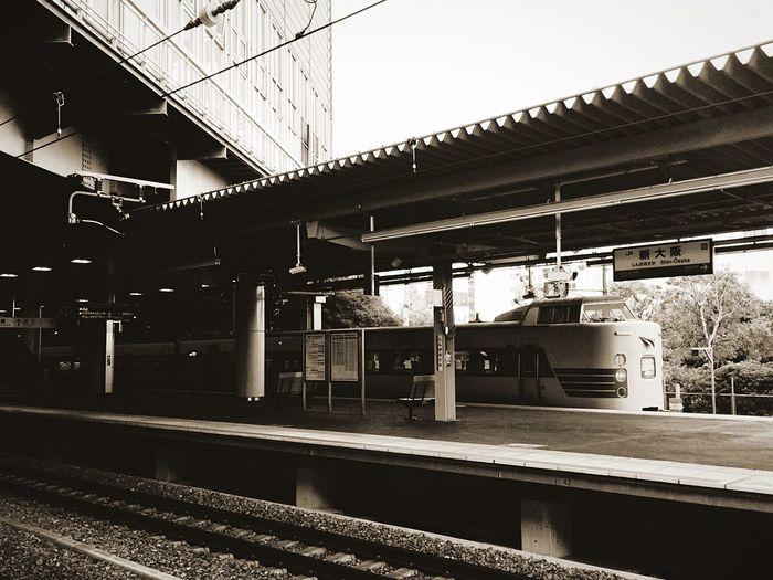 新大阪駅に止まっていた電車、名前はこうのとりというらしい。 Oosaka  Monochrome Holiday Train Station
