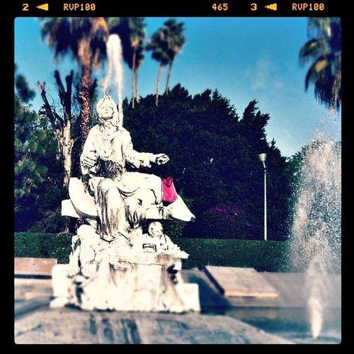 Statue Bag Fountain alguien le colocó una bolsa XD