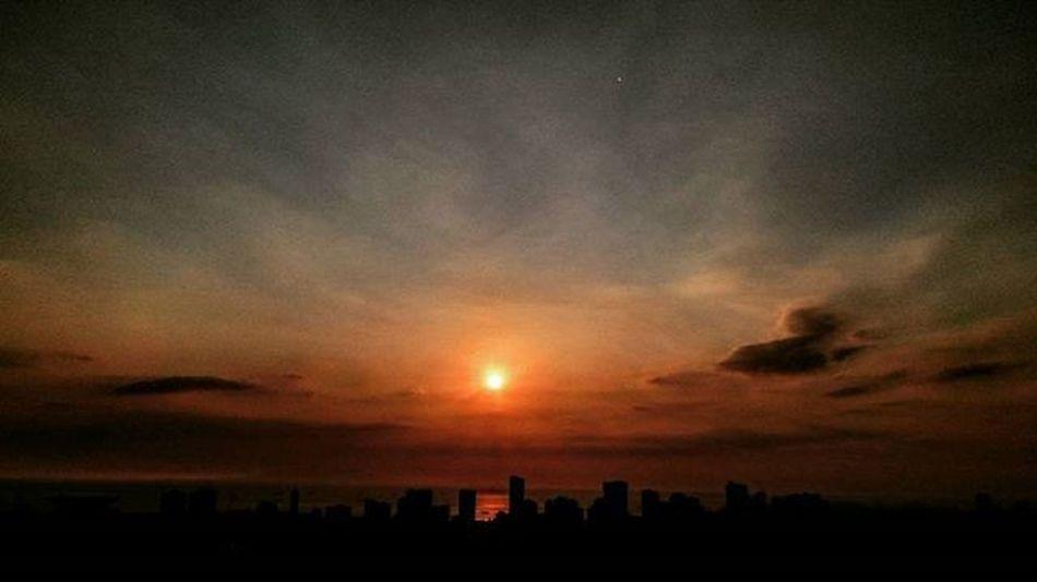 04/12/2016 Sunset Sunsetcaptures Sunsetpictures Sunsetporn Makaticity Makati Philihappy Enchanting_sunsets Makatisky Makatiskyview Makatiskyline Makatiskylineview
