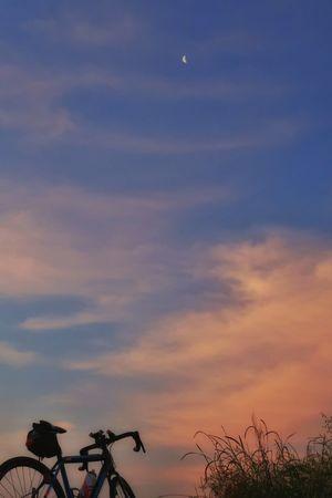 朝 夜明け 日の出 朝焼け 朝日 朝チャリ イマソラ 月 空 自転車 ロードバイク サイクリング グラデーション Moon Sky Beauty In Nature Sunset Nature Blue Sky Morning Sky EyeEm Nature Lover EyeEm Best Shots Bicycle Gradation Pink Color