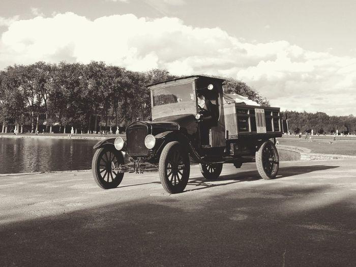 le présent se conjugue au passé. Marchand De Glace Versailles Vintage Cars