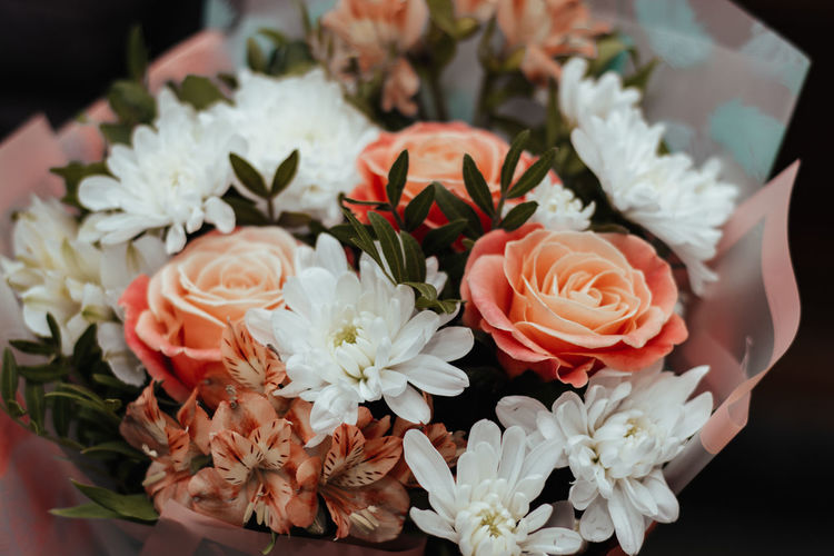Flower Flowering Plant Freshness Beauty In Nature Fragility Plant Petal Vulnerability  Flower Head Close-up Inflorescence Nature Rosé Indoors  No People Rose - Flower White Color High Angle View Flower Arrangement Growth Bouquet Bunch Of Flowers