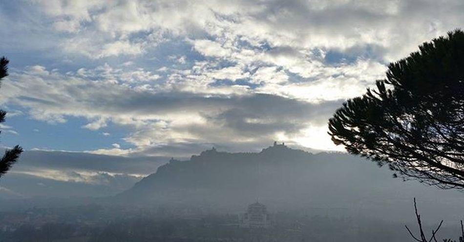 Un velo di nebbia....a Sanmarino Fog Repubblicadisanmarino Italy Republicofsanmarino Sky Clouds Visitsanmarino Volgoitalia Montetitano Volgoemiliaromagna Panorámica Panorama Panoramicview Instamoment Instapic Instashot