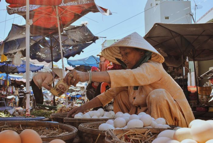 Market Market Stall Markets Negotiating Buying Food Paying Money Culture Asian Culture Checking Out Vietnam Kontum Old Lady People Watching People Photography Travel Photography Travelphotography Travelgram Eggs... Live Love Shop