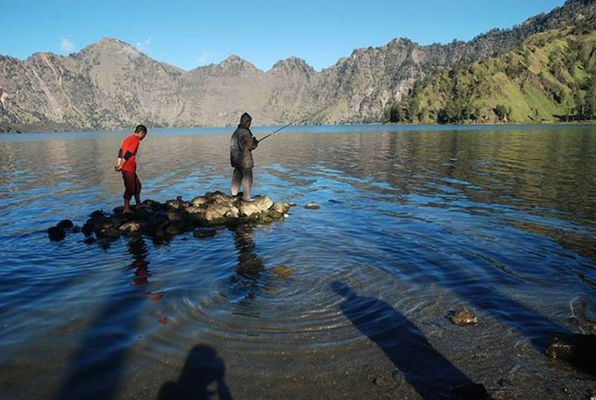 Pagi di danau, Danau segara anak, gunung rinjani NTB. 2008. . . . Nikon Danausegaraanak Gunungrinjani Lombok NTB Fishing Lake Shadow Reflection Travel Adventure Instagram Instanature Igers Lonelyplanet Nature Camping Holiday Trip Island Photo People