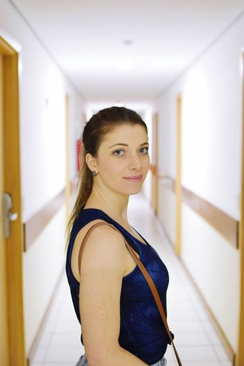 Efeito corredores.... EyeEmNewHere Portrait Of A Woman Corredor Hotel Bourbon Hotel EyeEm Selects Looking At Camera One Person Real People Focus On Foreground Indoors  Portrait Women Beautiful Woman Casual Clothing