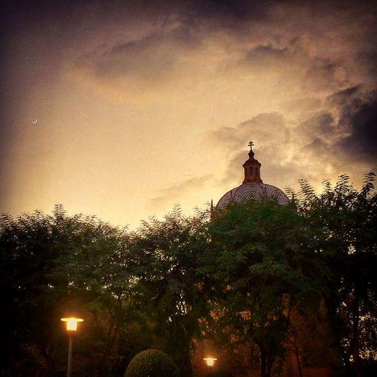 Atardeceres sevillanos Atardecer Atardecer En Sevilla Puesta De Sol Sevilla Cae La Noche Luna Sol Color Especial