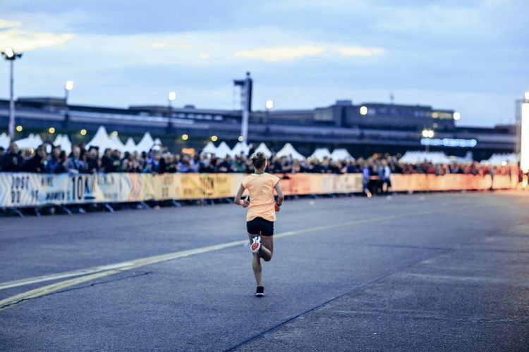 Die spätere Siegerin auf den letzten Metern...unfassbar großer Vorsprung. Betterforit Werunberlin Nike Womenrun Running Berlin Tempelhof Tempelhofer Feld Nikerunning Event