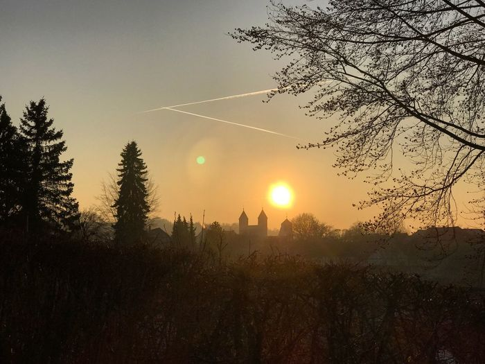 Bad Gandersheim Gandersheim Roswithastadt Gan Domfestspiele Sonnenuntergang Sunset © MJ ® Tadaa Community Tadaa Tadaa Friends Tree Nature Beauty In Nature Sun Tranquil Scene Tranquility Sky Scenics No People Growth Outdoors Vapor Trail Day