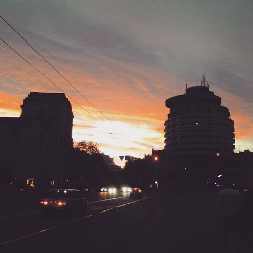 В мою коллекцию закатов, не могу не добавить вчерашний, невероятно красивый Закат наблюдаемый по пути домой) Одно из любимейших занятий - смотреть на Sunset , очень вдохновляет. Kiev Beutiful  Like Sky MyLoves Evening