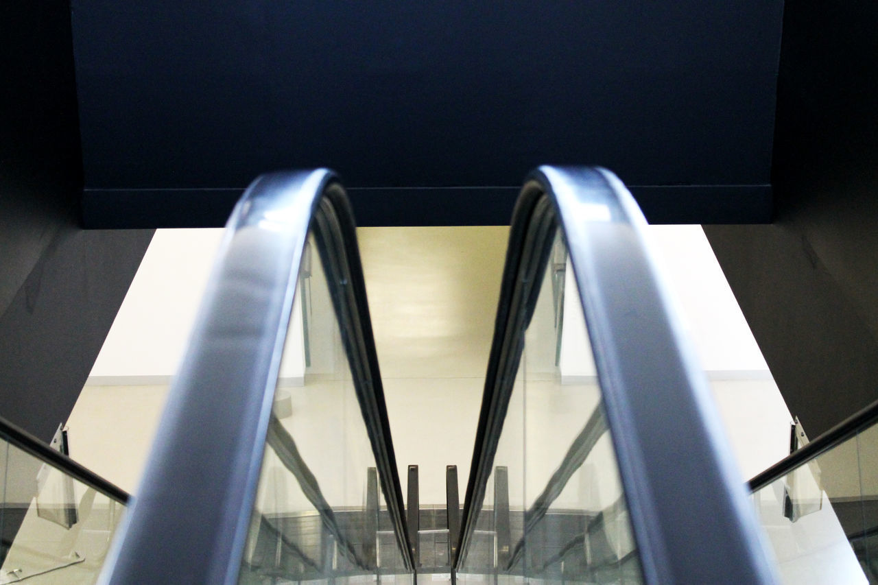 HIGH ANGLE VIEW OF ESCALATOR IN OFFICE BUILDING