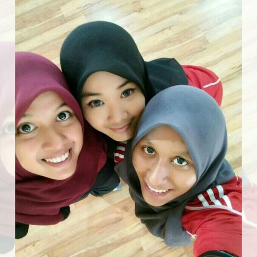 FRIENDS is who Believe in you Understand you Play with you Make you laugh Help you Comfort you Stick up with you Trust you Dan yang penting sekali, Always be together dan get crazy with you. Lol.. Terjahgym 1madam ,2miss Ipgkdri Selamatberpuasaday6