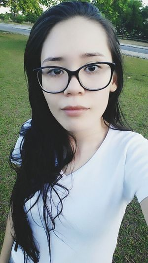 Curtindo a tarde no parque 😊🌳 @biamedeirosz Me Cute♡ Eyes Girls Cute Girl Nature Garotas Good Vibes ✌ Greem