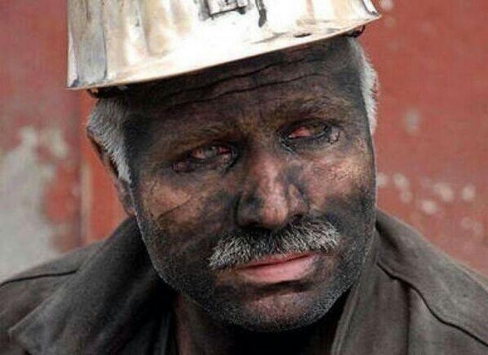Göçük altında kalıyor kömür işçisi. Sırf düğmesiz kalmasın diye kardanadamlar... Soma Katilakp Maden Işçi