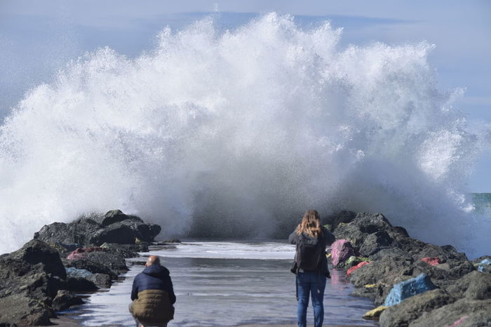 Le 30 mars 2018 à Anglet, France. Beauty In Nature Gerbe D'ecume Jetty Jetée Outdoors Real People Rock Sea Splashing Vague Water