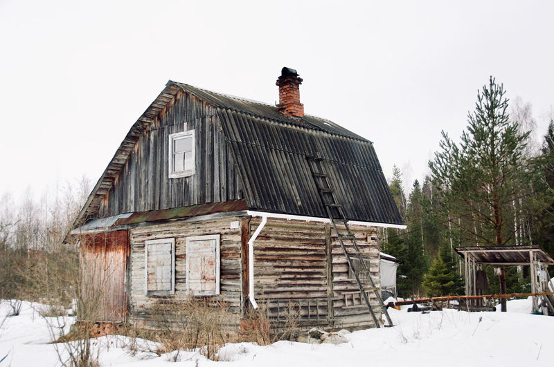 March Old House Abandoned House Scarecrow Forest Bilding Structure Wood - Material Forest Photography Snow Cold Temperature Winter Roof House Sky Architecture Building Exterior Built Structure Snowing