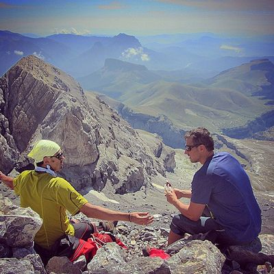 Charlando en la cima de Monte Perdido.
