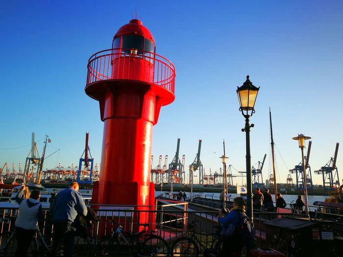 Hamburg Hafen Hafen Hamburg Övelgönne Wasser Elbe Seefahrt Leuchtturm Rot Harbour Red Color Sky Blue Sky Lighthouse Ship Schiff Schifffahrt Leuchtfeuer Wegweiser Hambuger Hafen Containerhafen Containerkräne Transport Fracht Tourismus Cranes Leuchtturm