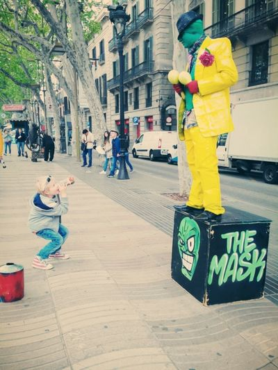 kid try to make laugh TheMask ; Barcelone ; Las Ramblas