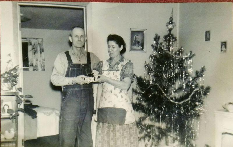 OldFashionedChristmas Oldfamilyphotos Old Family Farm Mamaw Papaw Country Christmas Grandparentshouse Christmas Tree Vintage Christmas Family Holiday Family History Old Photos Backinthedays