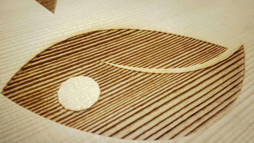 工業用雷射切割機滑過原木表面,想不到25瓦低功率光束在經過充滿油脂的厚實紋路時,會留下這種充滿溫度的節理 WowSMDS Studio Handmade Woodworking