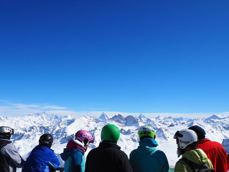 Adventure Blue Casual Clothing Day Enjoyment Helmets High Altitude Landscape Leisure Activity Lifestyles Men Mountain Mountain View Nature Outdoors Scenics Ski Ski Holiday Skiers Skiing Sky Standing Tourist Tranquility Vacations