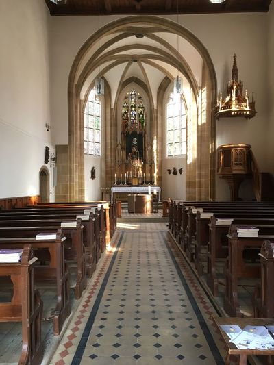 Kirche in Bamberg Religion Belief Spirituality Place Of Worship Built Structure Architecture Building Indoors  Cross Arch Bench Seat Altar Flooring Architectural Column Pew Aisle Ornate Ceiling