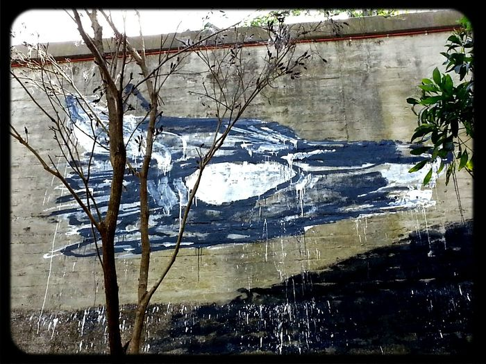 Streetart by Two One artist of a Wolf howling on a high concrete Wall